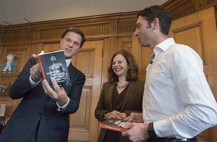 Wouter Duinisveld overhandigt boek